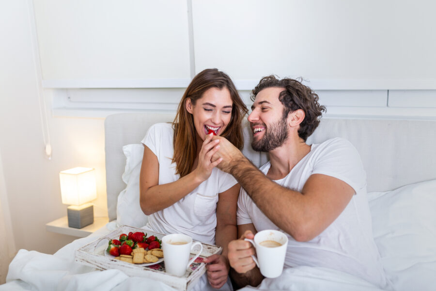 breakfast-in-bed-couple