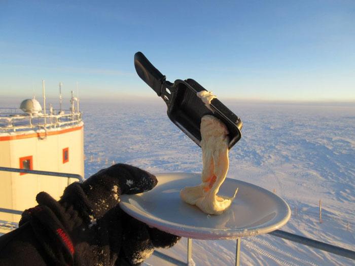 5bbdac3ba2d6e-cooking-food-antarctica-cyprien-verseux2-5bbc51db32509__700