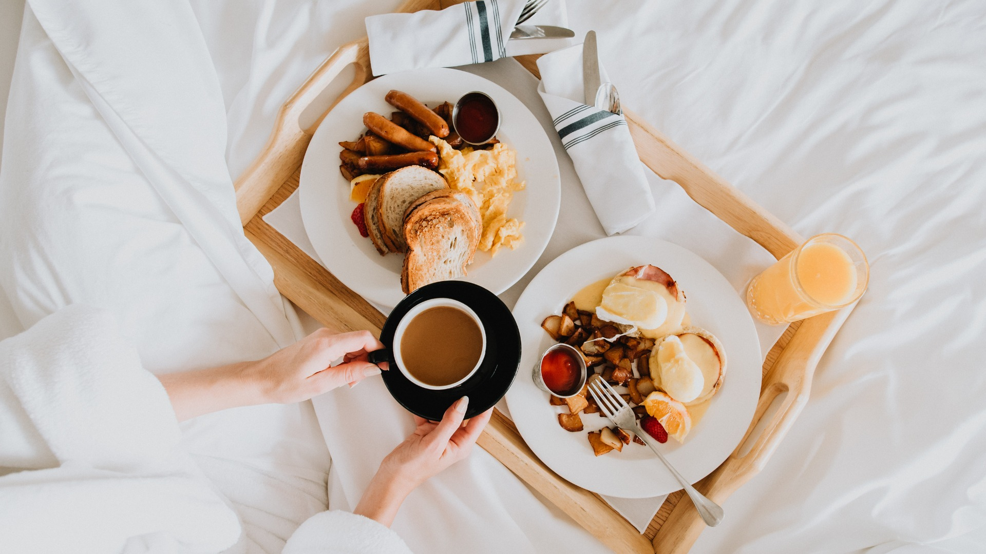 breakfast-in-bed-picture-id1080465450